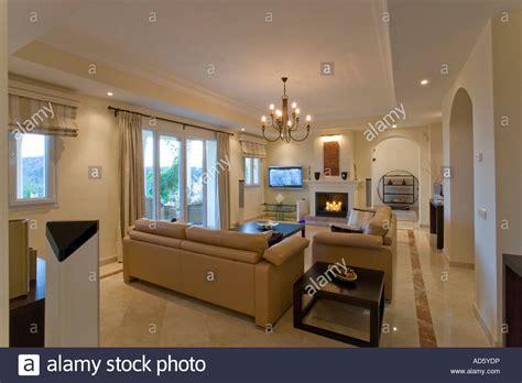 boden für wohnung beiges ledersofa in wohnung wohnzimmer mit kamin und marmor boden stockfoto bild 13315281 alamy