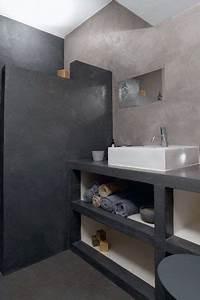 le beton cire donne du cachet a la salle de bains With beton cire pour carrelage salle de bain