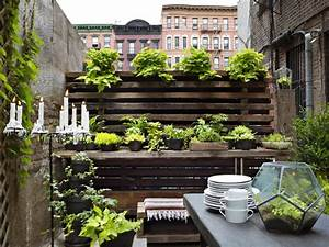 30 small garden ideas designs for small spaces hgtv With nice idee amenagement exterieur entree maison 7 plante exterieur en pot en 35 idees deco