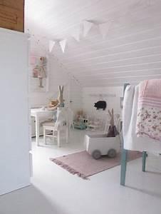 Deco Chambre Bebe Fille : chambre bebe fille blanche sous pente tres epuree et soft ~ Teatrodelosmanantiales.com Idées de Décoration