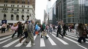 Crowd of people walking crossing the street in New York ...