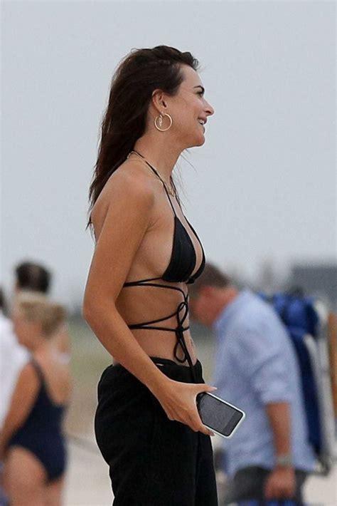 Emily Ratajkowski in a Black Bikini Top Was Spotted on the ...