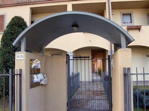 Tettoia Porta Ingresso by Pensilina Per Copertura Ingressi Copertura Tetto Quale