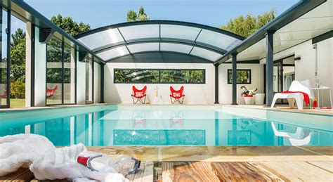 cuisine bois et metal piscine intérieur dans la maison et sous le bleu du ciel
