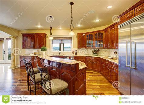 grande cuisine grande cuisine de luxe avec les compteurs de marbre photo