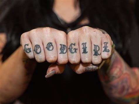 tatuaggi su dita  nocche catturati dal fotografo edward