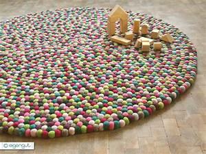 Teppich Aus Schafwolle : wohnen filzteppich aus hunderten bunten filzkugeln ~ Markanthonyermac.com Haus und Dekorationen