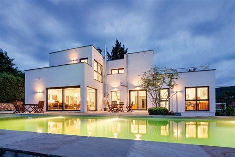 Verschiedene Haustypen Beispiele by Gro 223 Genug Zum Bahnenziehen Ist Der Pool Mit Seinen 13
