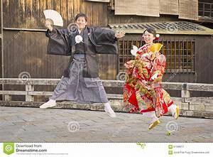 Moderne Japanische Kleidung : japanische paare die traditionelle kleidung kleiden redaktionelles stockfotografie bild von ~ Orissabook.com Haus und Dekorationen