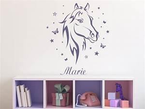 Sticker Für Die Wand Kinderzimmer : wandtattoo pferd mit schmetterlingen und name bei ~ Michelbontemps.com Haus und Dekorationen
