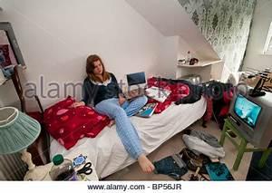 Fernseher über Bett : eine unordentliche jugendzimmer mit kleidung b chern und besitz ber den boden verlassen ~ Sanjose-hotels-ca.com Haus und Dekorationen