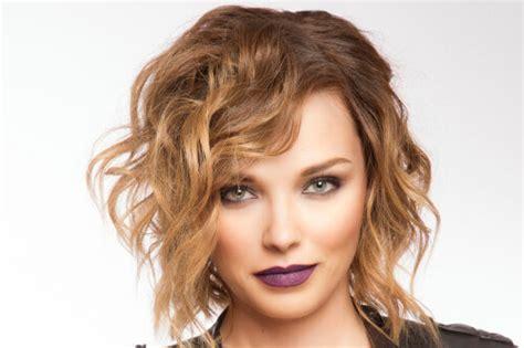 20 Effortlessly Chic Medium Wavy Hairstyles