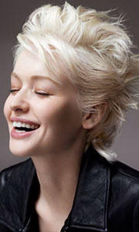 coupe courte blonde platine