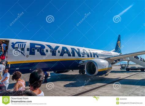 passagers montant 224 bord de l avion de ryanair dans l a 233 roport de palerme italie photo