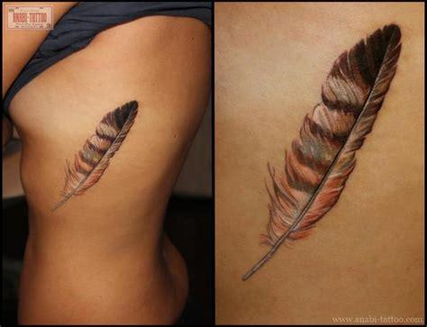 tatouage realiste plume cote par anabi tattoo