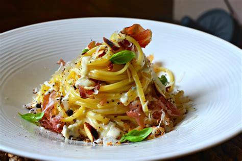 la cuisine des italiens pâtes au gorgonzola jambon speck grillé et amandes torréfiées