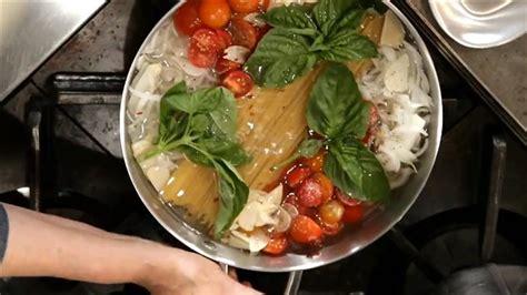 chaudron pour cuisiner cuisiner les pâtes et la sauce dans un seul chaudron en 20 minutes bien dans assiette