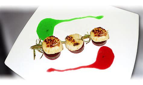 recette de cuisine gastronomique brochette de jacques en romarin sur pilotis de