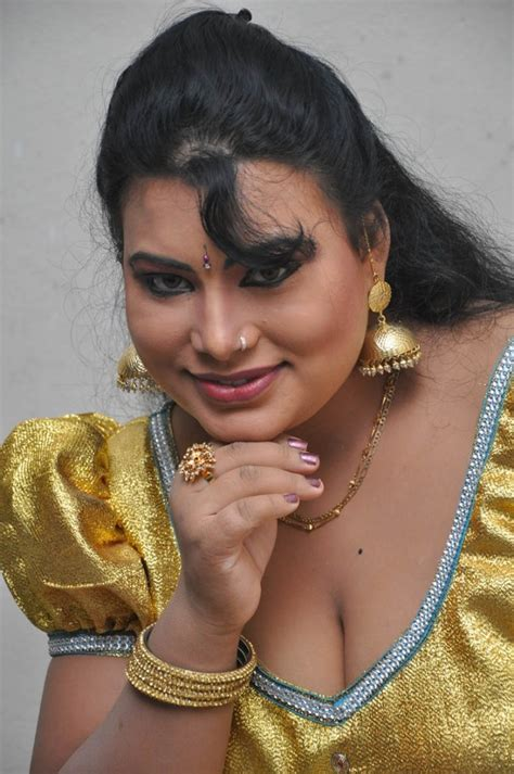 Doodhwali Mallu Aunty Showing Hot Bulging Milktanks In Low