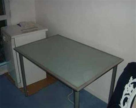 table bureau verre bureau avec plateau en verre trempé ikea vika lauri