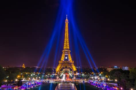 eiffel tower lit up at night hd wallpaper background