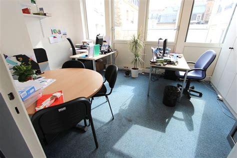 bureau circulaire 1 bureau droit en bois clair 1 bureau avec retour en bois