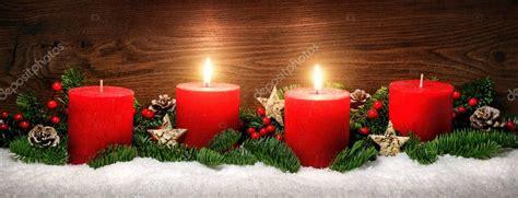 Dekoration Mit Kerzen 2 by Advent Dekoration Mit Zwei Brennenden Kerzen Stockfoto