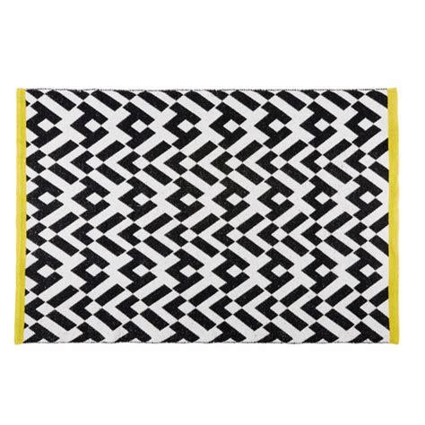 bout de canapé noir tapis graphique noir et blanc 140x200cm maisons du