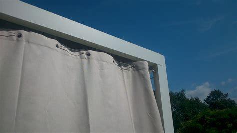 Un rideau extu00e9rieur est un excellent brise vue ru00e9tractable