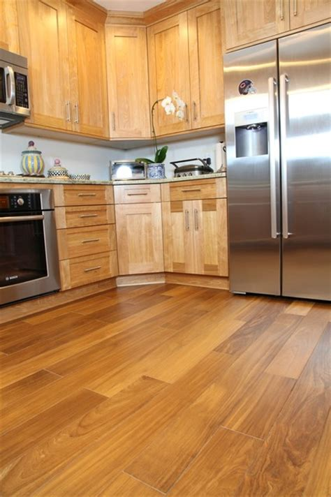 cuisine celtis celtis light hardwood floors in a small kitchen