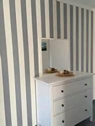 wohnzimmer modern tapezieren tapeten grau gestreift die neuesten innenarchitekturideen