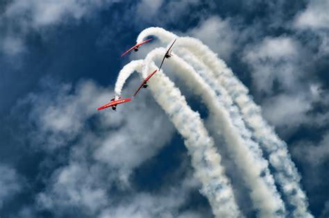 foto wallpaper pesawat terbang akrobat seputar semarang