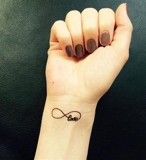 tatouage poignet infinity love