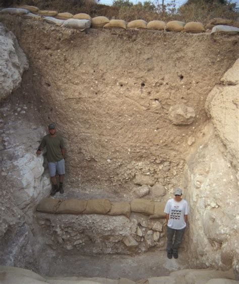 sieges bar tracking the trench at tell es safi summers 2004 2005