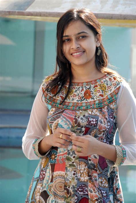 Tamil Actress Hd Wallpapers Actress Sri Divya Photos At Bus Stop Success Meet
