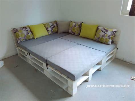 canapé en palettes canapé feuilletée et table de palettes convertible en lit