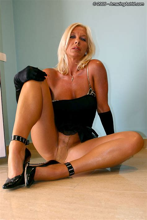 Amazingastrid Astrid Is Posing In Classic Black Pumps Ultra Sheer Pantyhose Long Gloves Bra And