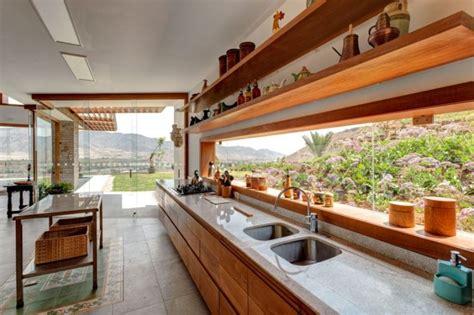 fenetre bandeau cuisine magnifique maison en brique dans le désert péruvien