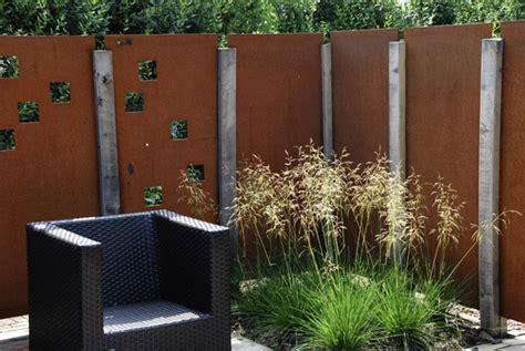 gartendeko aus metall oder stein als sichtschutz sichtschutz in vielfachen variationen dergartenbau ch