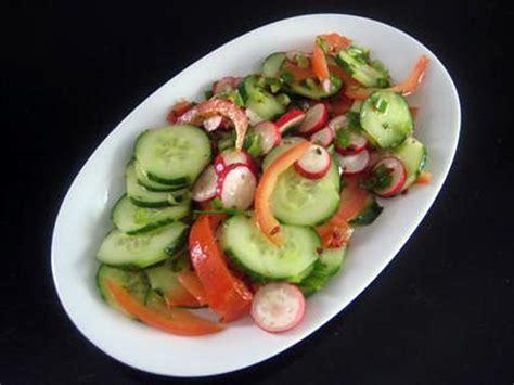 cuisiner oignon nouveau recette de salade tomate concombre radis oignon nouveau