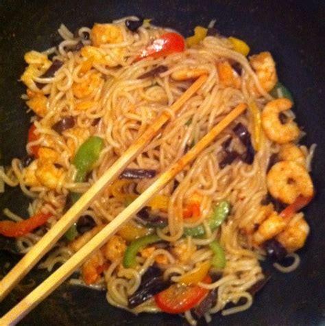 comment cuisiner des nouilles chinoises wok crevettes nouilles sautés recette de wok crevettes