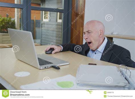 bureau homme d affaire homme fatigué d 39 affaires à bureau photo stock image