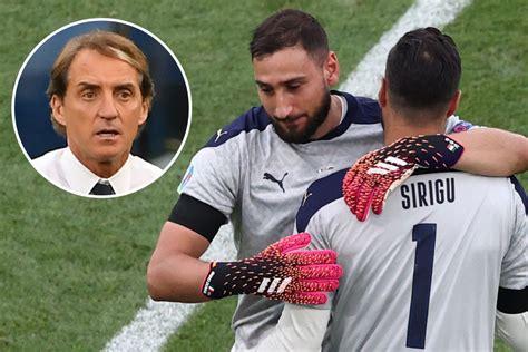 euro  fans hyllar klasshandling roberto mancini naer italiens chef oevergar  malvakt
