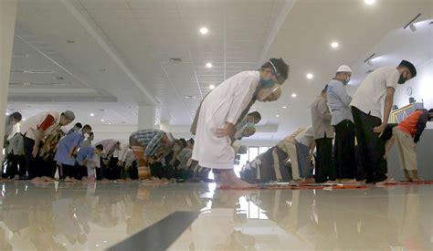 Sedangkan saat gerhana matahari disebut dengan salat kusuf. Gubernur Laksanakan Shalat Gerhana Matahari di Masjid Raya ...