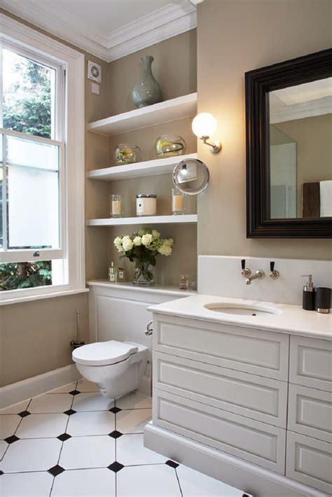 ideas for renovating small bathrooms aprovecha el inodoro como espacio de almacenaje para un