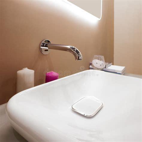 rubinetto bianco miscelatore di lusso rubinetto su un lavandino bianco
