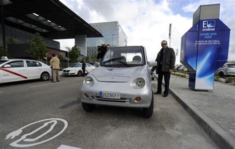 siege auto geant casino une cabine téléphonique pour charger sa voiture électrique
