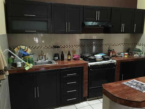 cocina integral en madera de cedro color chocolate