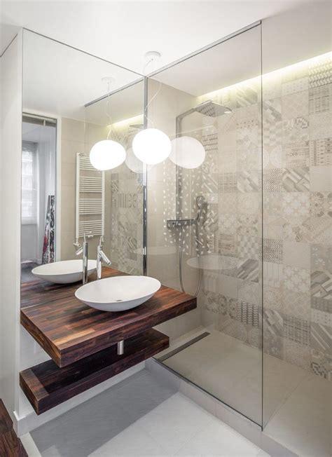 eine moderne tuerlose duschkabine im badezimmer