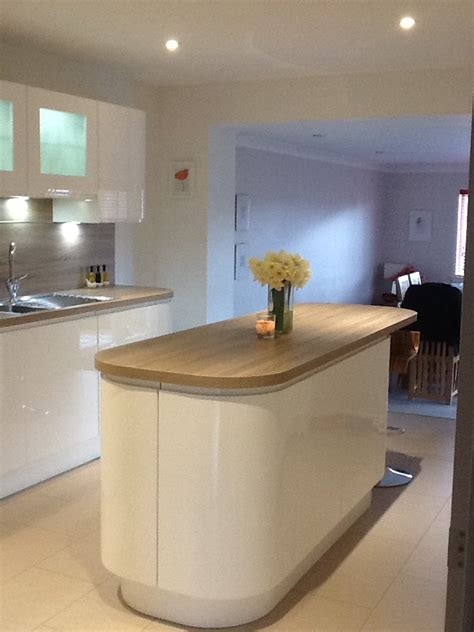 white gloss  wood contrast kitchen